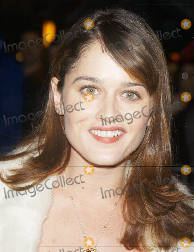 Robin Tunney Photo - Photo by Walter WeissmanSTAR MAX Inc - copyright 2001121701Robin Tunney attends the Premiere of The Shipping News(Ziegfeld Theatre NYC)