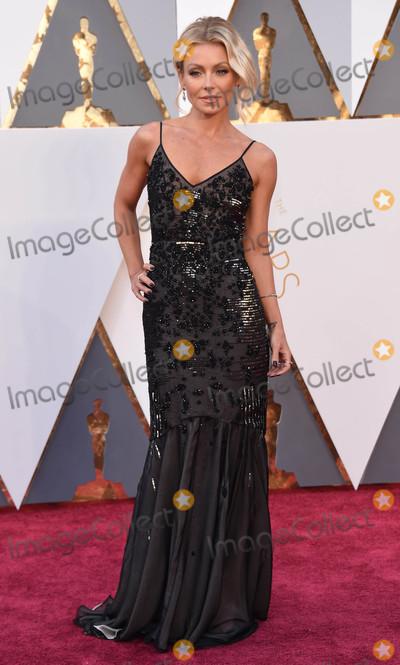 Kelly Ripa Photo - Photo by KGC-11starmaxinccomSTAR MAXCopyright 2016ALL RIGHTS RESERVEDTelephoneFax (212) 995-119622816Kelly Ripa at the 88th Annual Academy Awards (Oscars)(Hollywood CA USA)