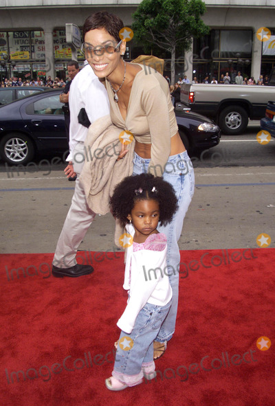 NICOLE MITCHELL Photo - Photo by  Tom Lau STAR MAX Inc - copyright 2002 ALL RIGHTS RESERVED  60802Eddie Murphys wife Nicole Mitchell  daughter Zola attend the World Premiere of  Scooby-Doo at Graumans Chinese Theatre(Hollywood CA)