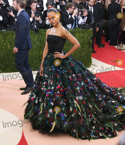 Zoe Saldana Photo - Photo by XPXstarmaxinccomSTAR MAX2016ALL RIGHTS RESERVEDTelephoneFax (212) 995-11965216Zoe Saldana at Manus x Machina Fashion In An Age of Technology Costume Institute Gala(Metropolitan Museum of Art NYC)