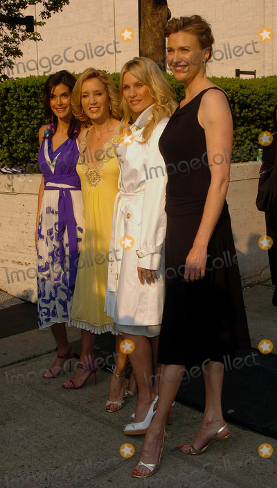 NICOLE SHERIDAN Photo - May 16 2006 New York City    Actors Teri Hatcher Felicity Huffman Nicole Sheridan and Brenda Strong arriving at the ABC 2006-2007  Upfronts