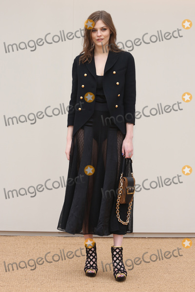 Amber Anderson Photo - Amber Anderson arriving at the Burberry Prorsum show during The London Collections Menswear AW 2016 at Kensington Gardens London January 11 2016  London UKPicture James Smith  Featureflash