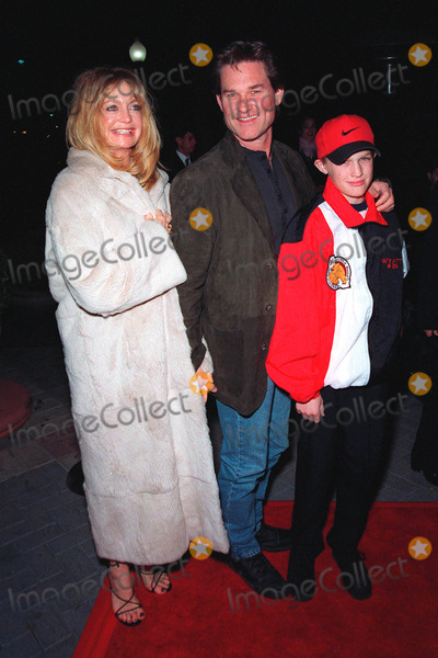 Goldie Photo - 10FEB99  Actress GOLDIE HAWN  actor boyfriend KURT RUSSELL  son WYATT at the premiere of 200 Cigarettes which stars her daughter Kate Hudson Paul SmithFeatureflash