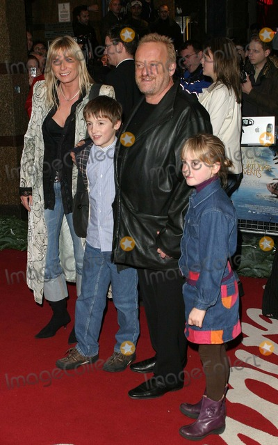 Antony Worrall Thompson Photo - London Antony Worrall Thompson and family at the Premiere of Lemony Snickets A Series of Unfortunate Events at the Empire Leicester Square16 December 2004Paulo PirezLandmark Media