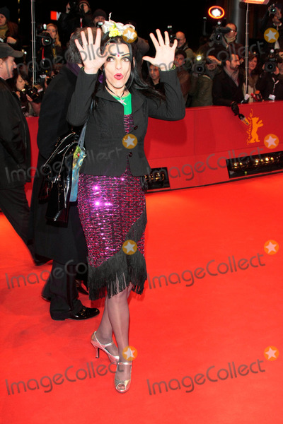 Nina Hagen Photo - Musikerin Nina Hagen Bei Der Ankiunft Zur Premiere Von the International Whrend Der Erffnung Der 59 Internationalen Berliner Filmfestspiele Berlinale Vor Dem Berlinale Palast Am 5 Feburar 2009photo by Alec Michael-Globe Photos