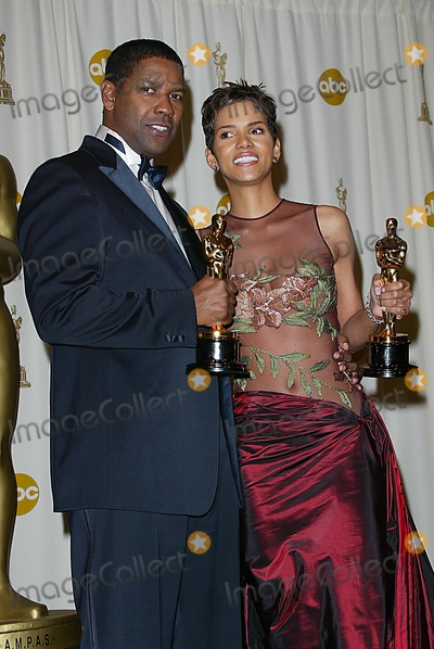 Halle Berry Photo - 74th Academy Awards Hollywood and Highland Hollywood CA 03242002 Photo by Fitzroy BarrettGlobe Photosinc2002 Halle Berry and Denzel Washington