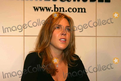 Diana Krall Photo - Diana Krall Signs Her Cd the Very Best of Diana Krall at Barnes  Noble Bookstore Union Square  New York City 09-29-2007 Photo by Mark Kasner-Globe Photos