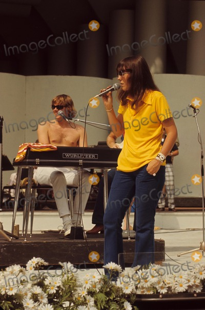 Karen Carpenter Photo - Karen Carpenter W7575 Photo by Orlando-Globe Photos Inc