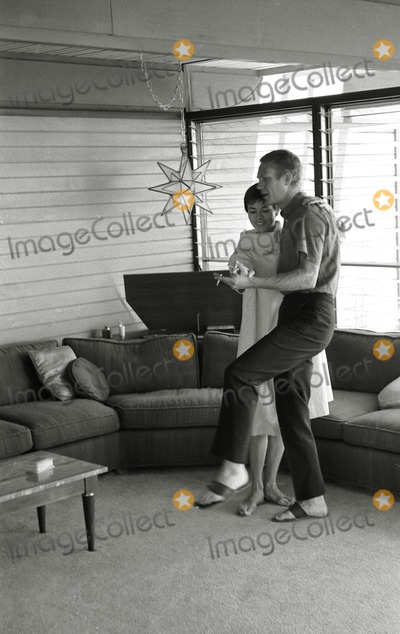 Steve Mcqueen Photo - Steve Mcqueen and Wife Neile at Home Photo Larry Barbier JrGlobe Photos Inc