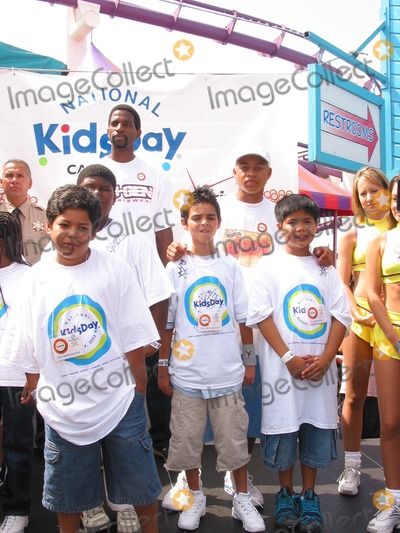 AC Green Photo - Sd08042002 Celebrate National Kidsday at the Santa Monica Pier (080402) Ac Green (acgreen Foundation and Lakers-tallback) Robert Ri Chard (Back with White Cap) and LA Boys  Girls Club Kids Photomilan RybaGlobe Photos