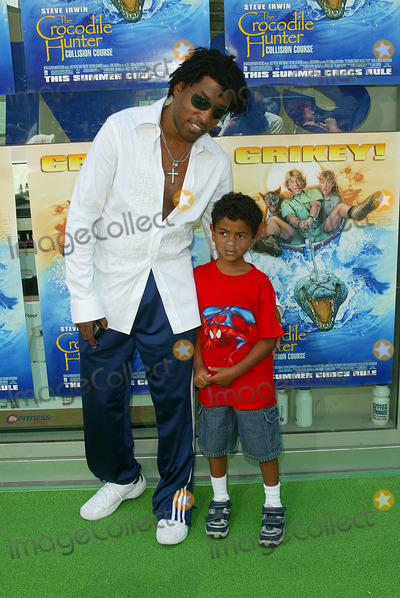 Babyface Photo - The Crocodile Hunter Collision Course Premiere in Los Angeles CA Kenny Babyface Edmonds and His Son Photo by Fitzroy Barrett  Globe Photos Inc 6-29-2002 K25463fb (D)