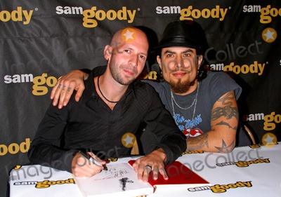 Neil Strauss Photo - Dave Navarro Book Signing dont Try This at Home at Sam Goody Store at Universal Studios Universal City CA 10122004 Photo by Milan RybaGlobe Photos Inc 2004 Neil Strauss (Writer) and Dave Navarro