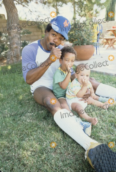 Carl Weathers Photo - Carl Weathers 1979 with Sons Matthew Jason R2927b Photo by Steve Schatzberg-Globe Photos Inc