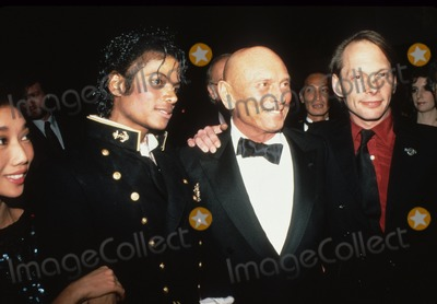 Yul Brynner Photo - Yul Brynner with Michael Jackson 1984 N2966 Supplied by Globe Photos Inc