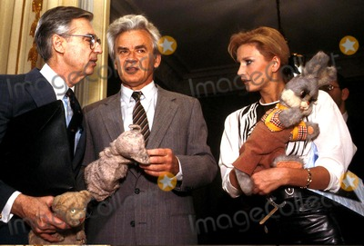 Mr Rogers Photo - Fred Rogers Yuri Dubinin Tatiana Vedeneeva James ColburnipolGlobe Photos Inc Fredrogersretro Mr Rogers