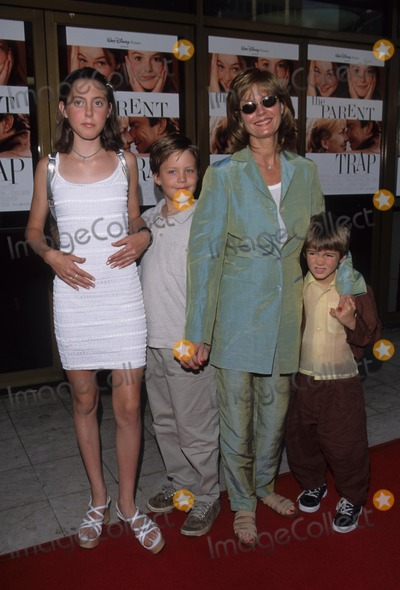 Susan Sarandon Photo - Susan Sarandon with Her Family K12890tr the Parent Trap Premiere in Westwood  Ca 1998 Photo by Tom Rodriguez-Globe Photos Inc