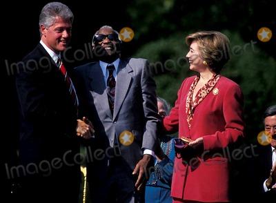 Ray Charles Photo - Sd1007 93 National Medal of Arts Hillary and Bill Clinton Ray Charles Photo Byjames M KellyGlobe Photos Inc 1993 Raycharlesretro