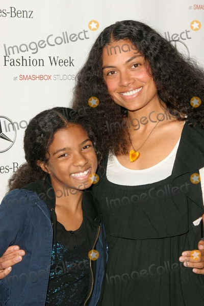 Amel Photo - Amel Larrieux and daughter Skyarriving at Mercedes-Benz Fall 2006 LA Fashion Week Day 2 Smashbox Culver City CA 03-20-06