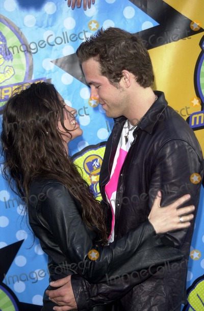 ALANIS MORRISSETTE Photo - Alanis Morrissette and Ryan Reynolds at the 2003 MTV Movie Awards Shrine Auditorium Los Angeles CA 05-31-03