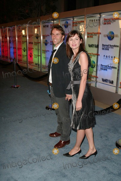 Alessandro Nivola Photo - Emily Mortimer and Alessandro Nivola At the release party of Eternal Sunshine of the Spotless Mind at LACMA Los Angeles CA 09-23-04