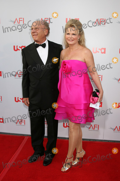 Art Garfunkel Photo - Art Garfunkel  wife  arrive at the AFI Salute to Warren Beatty at the Kodak Theater in Los Angeles CAJune 12 2008
