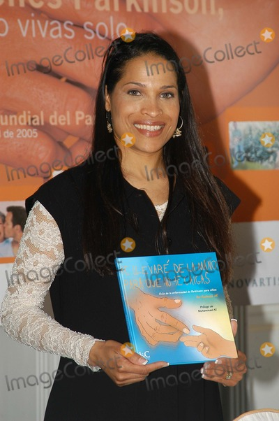 Rasheda Photo - Madrid Spain 4-7-2005Rasheda Ali (daughter of ex- boxer Muhammad Ali) presents her book which recounts the experiences of her family since Muhammed Ali was diagnosed with Parkinsons DiseaseDigital Photo by Edu Nividhia-PHOTOlinkorg