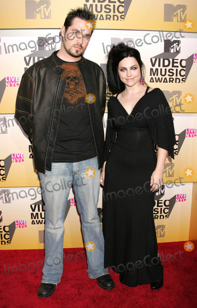 Amy Lee Photo - Photo by REWestcomstarmaxinccom200683106Amy Lee and guest at the 2006 MTV Video Music Awards(Radio City Music Hall NYC)