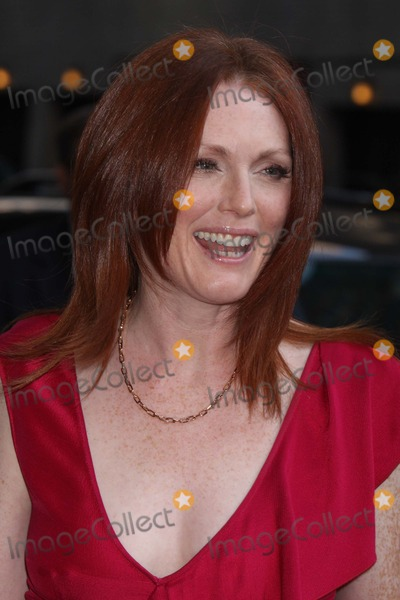 Julianne Moore Photo - New York NY 09-23-2008Julianne Moore arriving at the Late Show with David Letterman at the Ed Sullivan TheatrePhoto by Lane Ericcson-PHOTOlinknet