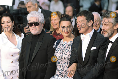 Antonio Banderas Photo - CANNES FRANCE - MAY 17 Nora Navas Pedro Almodovar Penelope Cruz Antonio Banderas and Leonardo Sbaraglia attend the screening of Pain And Glory (Dolor Y Gloria Douleur Et Gloire) during the 72nd annual Cannes Film Festival on May 17 2019 in Cannes France (Photo by Laurent KoffelImageCollectcom)