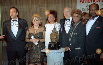 Anthony Quinn Photo - NEW YORK CIRCA 1995ANTHONY QUINN DIONNE WARWICK OLIVER STONE
