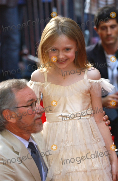 Steven Spielberg Photo - NEW YORK JUNE 32 2005    Steven Spielberg and Dakota Fanning taking pictures at the premiere of War of the Worlds at the Ziegfeld Theater in New York