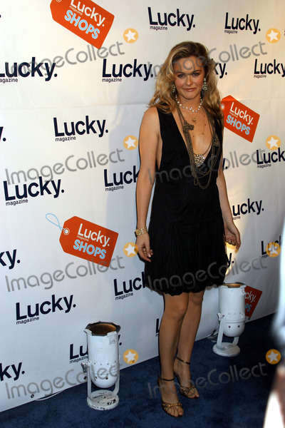 Alicia Lilverstone Photo - New York November 18 2004 Alicia Silverstone attending Lucky Magazines VIP Preview to benefit the Robin Hood Foundation