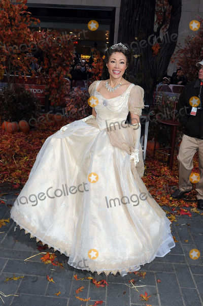 ANNE CURRY Photo - Co-host Anne Curry in costume for NBCs Today annual Halloween show at Rockefeller Plaza on October 31 2008 in New York City