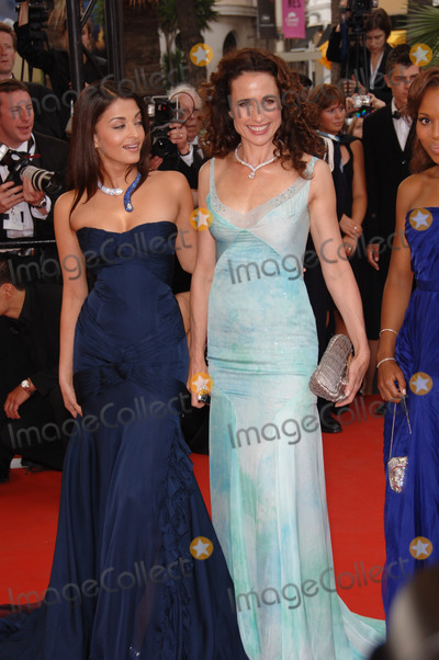 Aishwarya Ray Photo - Actresses AISHWARYA RAI (left)  ANDIE MacDOWELL at the gala screening of The Wind That Shakes The Barley at the 59th Annual International Film Festival de CannesMay 17 2006  Cannes France 2006 Paul Smith  Featureflash