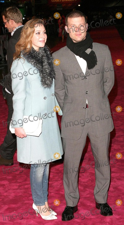 Dermot OLeary Photo - London Dermot OLeary and guest arriving at the Bridget Jones The Edge of Reason premiere in Leicester Square09 November 2004Paulo PirezLandmark Media