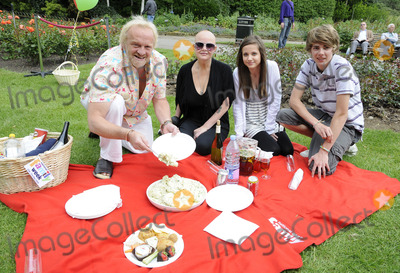 Anthony Worrall-Thompson Photo - LondonUK Gail Poter with Thomas Law Anthony Worral Thompson and Madeline Duggan at the National Family Week Launch VIP Picnic held at Regents Park in London 25th May 2009 Can NguyenLandmark Media