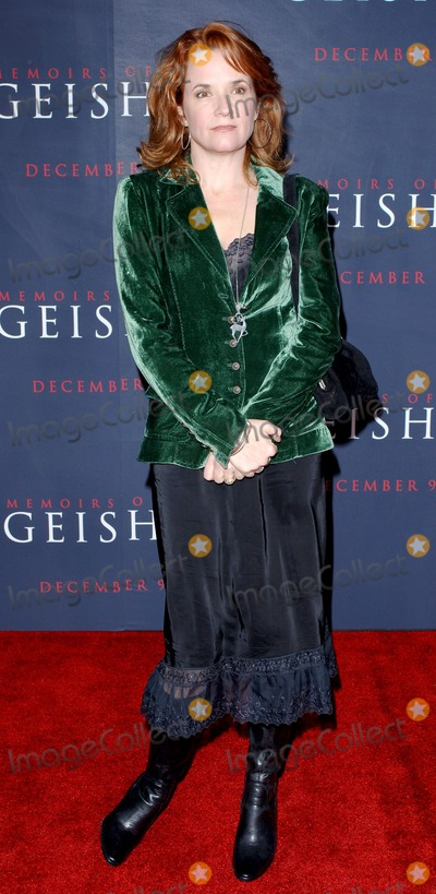 Lea Thompson Photo - Los Angeles Lea Thompson at the premiere for the film Memoirs of a Geisha at the Kodak Theatre in Hollywood4th December 2005Trevor MooreLandmark Media