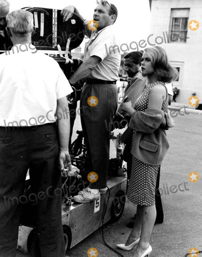 Elizabeth Montgomery Photo - Elizabeth Motgomery Filming Bewitched Photo by Smp-Globe Photos