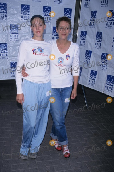 Annie Guest Photo - Jamie Lee Curtis with Daughter Annie Guest Aids Walk 2000 at Paramount Studios in Los Angeles K20103mr Photo by Milan Ryba-Globe Photos Inc