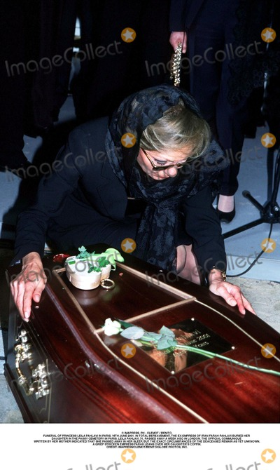 As Yet Photo - IMAPRESS PH  CLEMOT  BENITOFUNERAL OF PRINCESS LEILA PAHLAVI IN PARIS 16TH JUNE 2001 IN TOTAL BEREAVEMENT THE EX-EMPRESS OF IRAN FARAH PAHLAVI BURIED HER DAUGHTER IN THE PASSY CEMETERY IN PARIS LEILA PAHLAVI 31 PASSED AWAY A WEEK AGO IN LONDON THE OFFICIAL COMMUNIQUE WRITTEN BY HER MOTHER INDICATED THAT SHE PASSED AWAY IN HER SLEEP BUT THE EXACT CIRCUMSTANCES OF THE DEACEASED REMAIN AS YET UNKNOWNA GRIEF STRICKEN EMPRESS FARAH LEANS OVER HER DAUGHTERS COFFINCREDIT IMAPRESSCLEMOTBENITOGLOBE PHOTOS INC
