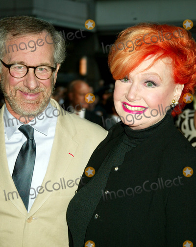 Anne Robinson Photo - Us Premiere of  War of the Worlds  at the Ziegfeld Theatre  New York City 6-23-2005 Photo Bysonia Moskowitz-Globe Photos Inc 2005 Steven Spielberg and Ann Robinson
