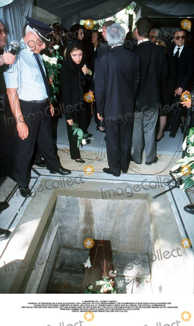 As Yet Photo - IMAPRESS PH  CLEMOT  BENITOFUNERAL OF PRINCESS LEILA PAHLAVI IN PARIS 16TH JUNE 2001 IN TOTAL BEREAVEMENT THE EX-EMPRESS OF IRAN FARAH PAHLAVI BURIED HER DAUGHTER IN THE PASSY CEMETERY IN PARIS LEILA PAHLAVI 31 PASSED AWAY A WEEK AGO IN LONDON THE OFFICIAL COMMUNIQUE WRITTEN BY HER MOTHER INDICATED THAT SHE PASSED AWAY IN HER SLEEP BUT THE EXACT CIRCUMSTANCES OF THE DEACEASED REMAIN AS YET UNKNOWNPRINCESS YASMINE DROPS A WHITE FLOWER ONTO HER SISTER IN LAWS COFFINCREDIT IMAPRESSCLEMOTBENITOGLOBE PHOTOS INC