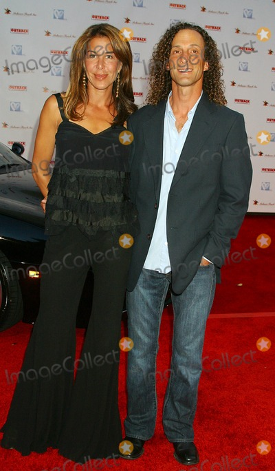 Kenny G Photo - Hollyrods 7th Annual Designcure Sponsored by Anheuser-busch and Outback Steakhouse Sugar Ray Leonard Estate Pacific Palisades CA 07-09-2005 Photo Clintonhwallace-photomundo-Globe Photos Inc Kenny G and Wife Lyndie Benson