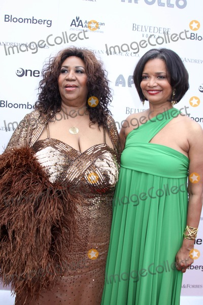 Jonell Photo - Apollo Theaters Spring 2010 Benefit Concert and Awards Ceremony the Apollo Theater NYC June 14 2010 Photos by Sonia Moskowitz Globe Photos Inc 2010 Aretha Franklin and Jonelle Procope
