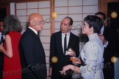 Yul Brynner Photo - Vincente Minnelli with Liza Minnelli and Yul Brynner 1980 R7721 Photo by Paul Slade-Globe Photos Inc