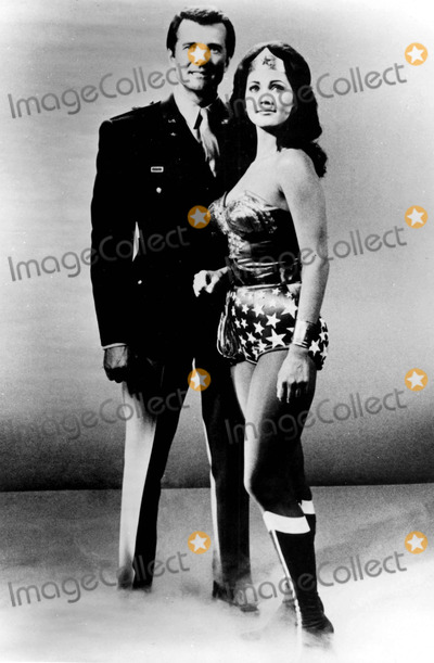 Lyle Waggoner Photo - Lyle Waggoner and Lynda Carter Are All Smiles on Tvs Wonder Woman Photo ByGlobe Photos Inc
