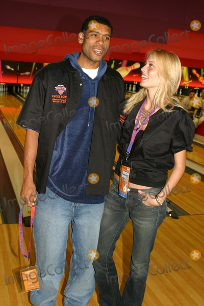 Allan Houston Photo - K29584RMKNICKS BOWL 4 - THE NEW  YORK KNICKS ANNUAL FUNDRAISER TO BENEFIT THE RED HOLZMAN KNICKS CHEERING  FOR  KIDS FOUNDATION AT CHELSEA PIERS LANES IN  NEW YORK CITY 03123003PHOTO BY RICK MACKLERRANGEFINDERGLOBE PHOTOS INC  2003ALLAN HOUSTON AND JENNIFER OHLSSON