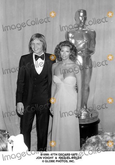 Raquel Welch Photo - 47th Oscars 1975 Jon Voight  Raquel Welch Globe Photos Inc