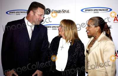 Howie Long Photo - PETE CARROLL JERRY RICE AND JOHN WOODEN WERE HONORED TH THE CEDARS-SINAI MEDICAL CENTERS 20TH ANNUAL  SPORTS  SPECTACULAR HELD SUNDAY AT THE CENTURY PLAZA HOTEL IN CENTURY CITY  THE EVENT BRINGS TOGETHER THE GREATEST NAMES IN SPORTS TO JOIN  THEIR PEERS IN HELPING CHILDREN WITH BIRTH DEFECTSK43677VGPHOTO VALERIE GOODLOE  GLOBE PHOTOS INC  2005HOWIE LONG PENNY MARSHALL AND ROLONDA WATTS06-12-2005