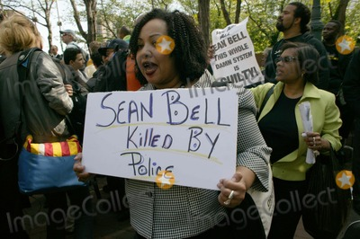 Nicole Paultre Bell Photo - Rev Al Sharpton and Sean Bells Fiance Nicole Paultre Bell were arrested along with 2 of Sean Bells friends who were with him the night he was shot and killed by Police in Queens during protest at the Brooklyn Bridge05-07-2008PHOTO BY BRUCE COTLER-GLOBE PHOTOS INC  2008K58169BCO